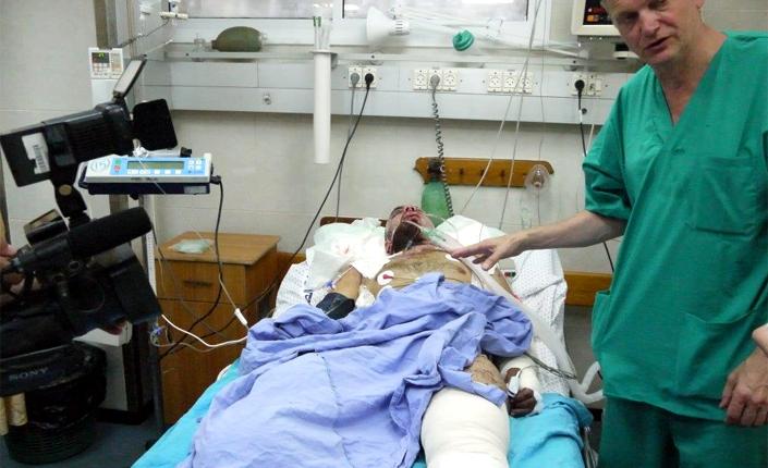 Il medico norvegese Erik Fosse che mostra gli effetti della bomba Dime sulla gamba amputata di un ferito a Gaza. Foto del repoter francese Pierre Barbancey