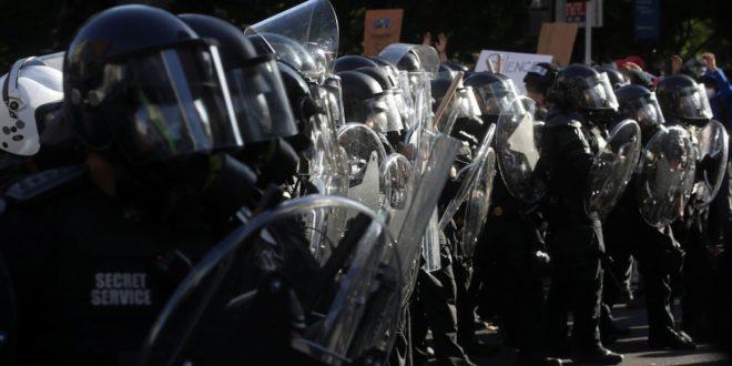 """Usa: pugno duro contro i neri, """"porte"""" aperte ai suprematisti bianchi"""
